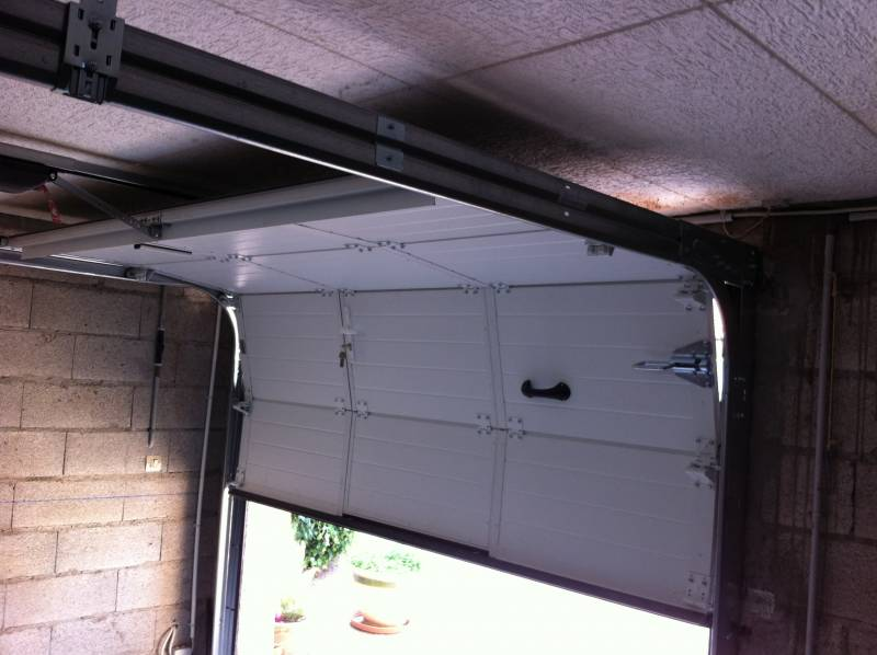 Installation de porte de garage sectionnelle isol e for Installer chatiere porte garage