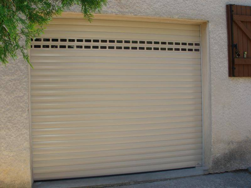Installation de porte de garage motoris e enroulable for Installer chatiere porte garage