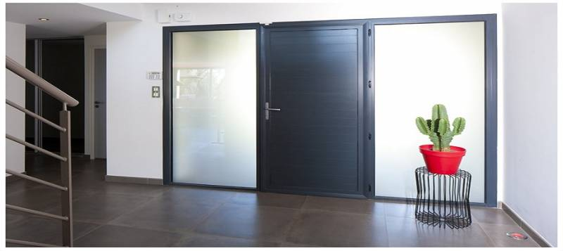 installation de porte d 39 entr e contemporaine en aluminium marque k line menuiseries doumenc. Black Bedroom Furniture Sets. Home Design Ideas