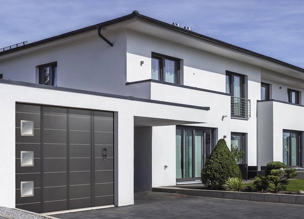 Faire poser une porte de garage coulissante lat rale sur mesure avec portillon toulouse - Porte de garage laterale motorisee avec portillon ...