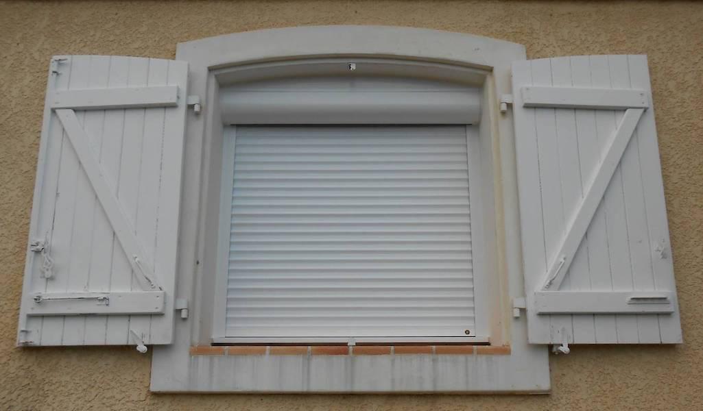 Installateur De Volet Roulant électrique Sur Fenêtre Cintrée Ou