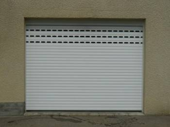 Porte de garage enroulable toulouse menuiseries doumenc for Installation porte de garage enroulable