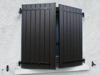 quel mat riau choisir entre les volets battants pvc. Black Bedroom Furniture Sets. Home Design Ideas